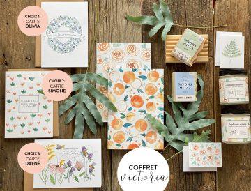 COFFRET VICTORIA chandelle fleurs de mai et pêche blanche & petits fruits, 2 savons, 2 minis cartes et 1 choix de carte 5x7